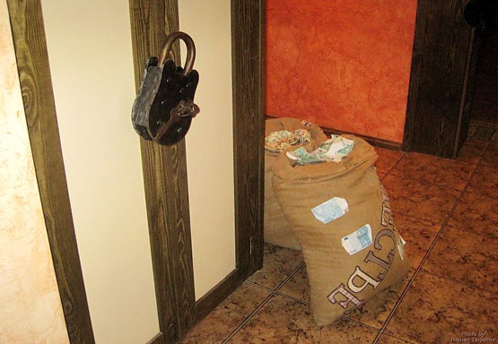Амбарный замок и мешки денег