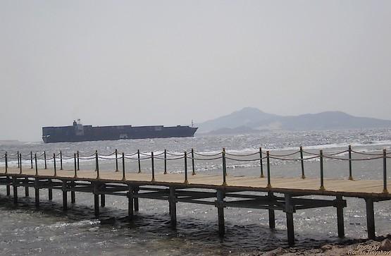 Пирс, корабль и вид на остров Тиран