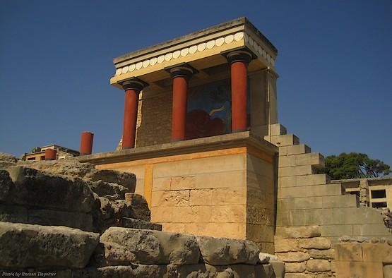 Минотавр за колоннами