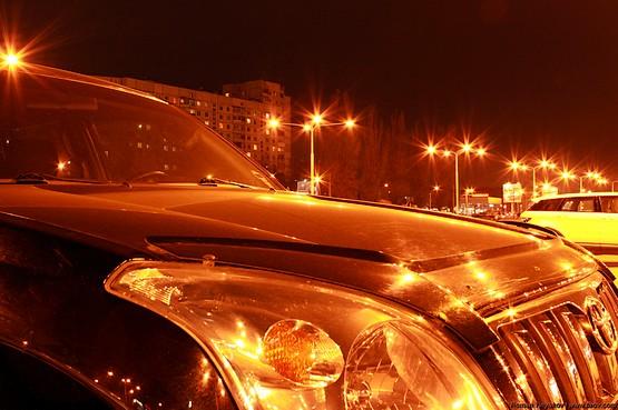 Ночные огни и Toyota Land Cruiser Prado 120