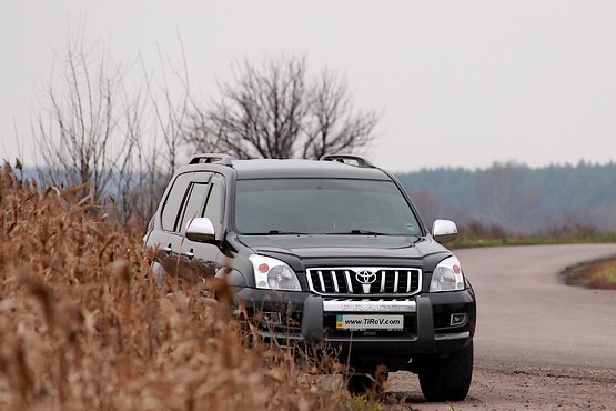 Toyota Land Cruiser Prado 120 у дороги