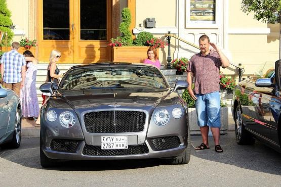 Bentley у входа в казино