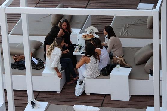 Подруги в ресторане на пирсе Монте-Карло