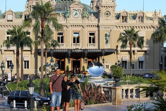 Семейная фотография у казино Монте-Карло