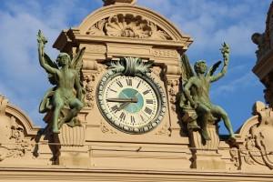 Скульптуры у часов на казино Монте-Карло