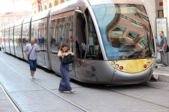 Трамвай на площади Массена