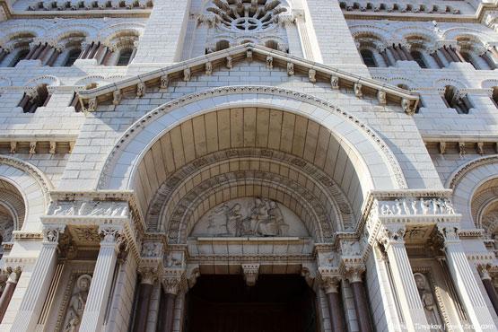 Вход в Кафедральный Собор в Монако