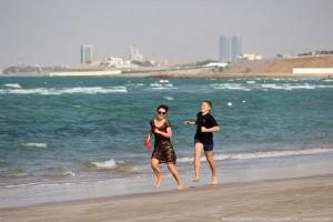 Игра в догонялки на пляже в ОАЭ
