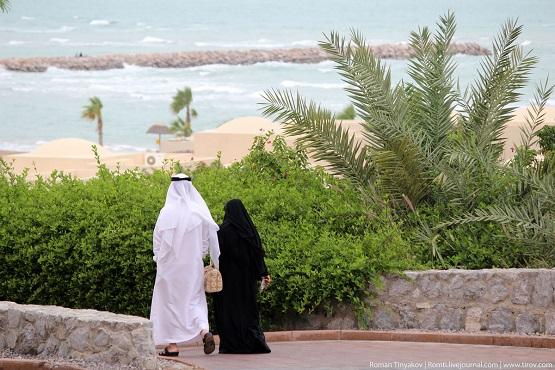 Местные жители идут на пляж