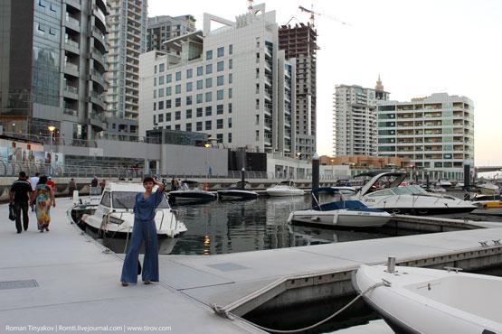 Таня напротив Dubai Marina Yacht Club
