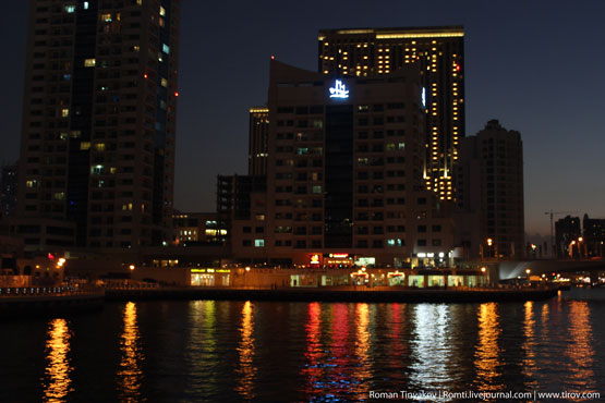 Огни Dubai Marina отражаются в воде