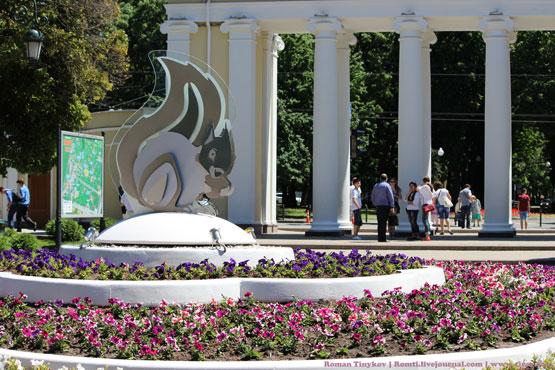 Белка у входа в парк Горького