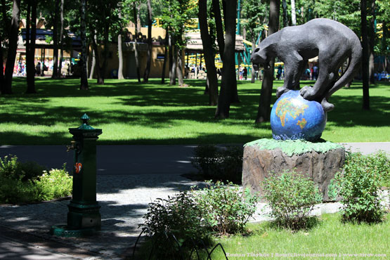 Пантера у колонки с водой