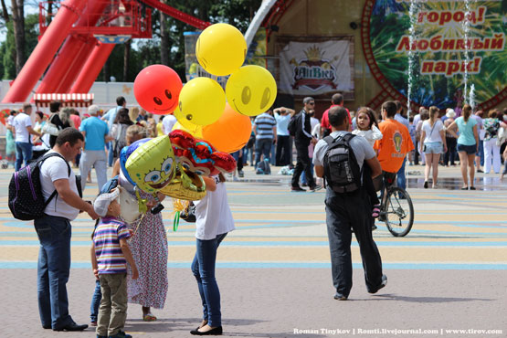 Покупая шарики в любимом парке