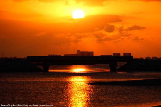 Солнце под мостом в Персидском заливе
