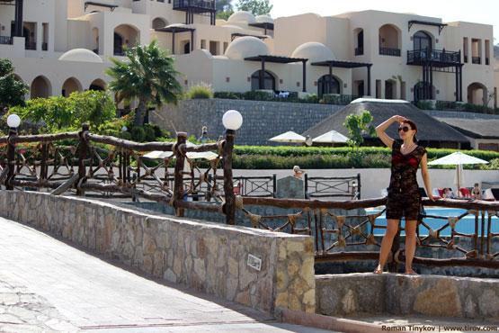 Девушка на фоне отеля The Cove Rotana Resort 5*