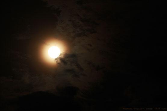 Луна отражает солнечный свет в полнолуние