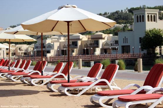 Лежаки на пляже отеля The Cove Rotana Resort 5*