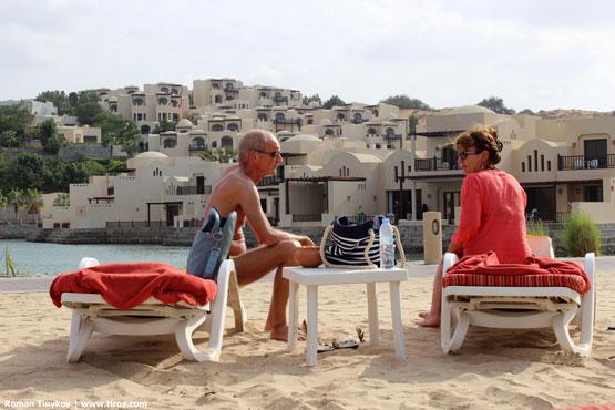 Люди на пляже отеля The Cove Rotana Resort 5*