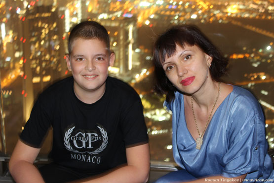 Жена с сыном на фоне Дубая