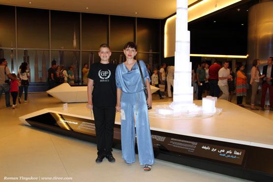 Жена с сыном на фоне уменьшенной копии башни у входа
