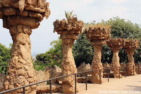 Колонны в парке Гуэля