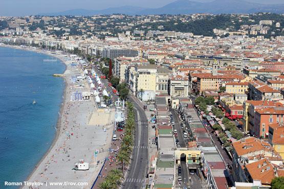 Вид на Ниццу и люди на пляже