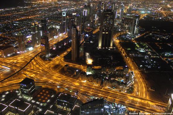 Вид на ночной Дубай с высоты птичьего полёта