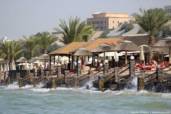 Вид на отель The Cove Rotana Resort 5* с Персидского залива