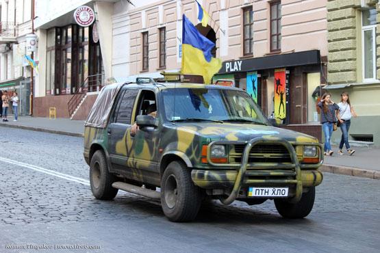 Автомобиль с флагом Украины