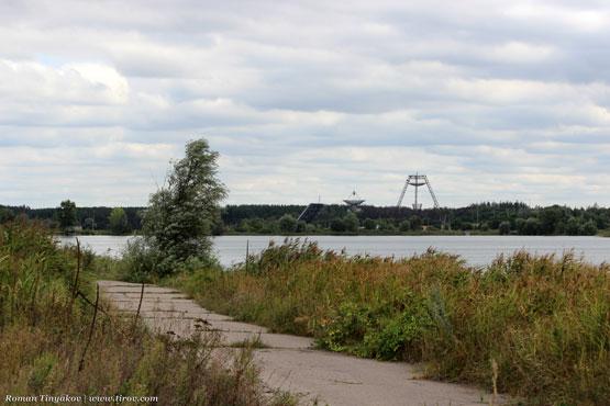 Дорога, водохранилище и облака над станцией изучения ионосферы