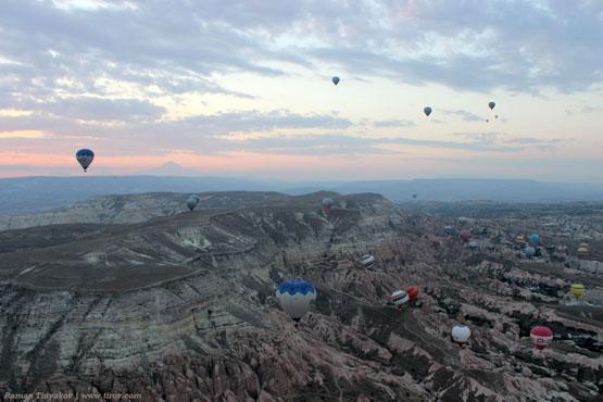 Десятки разноцветных воздушных шаров