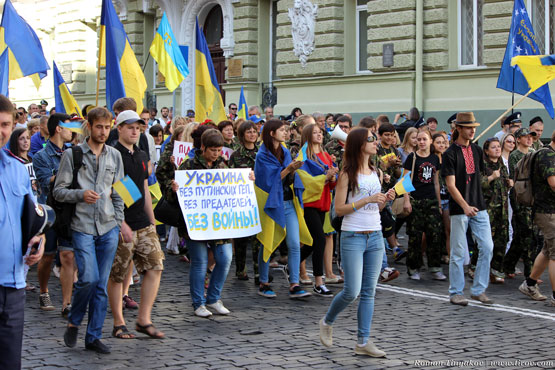 Колонна людей с флагами Украины и плакатами