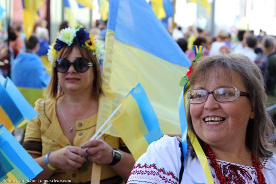 Люди с флагами Украины