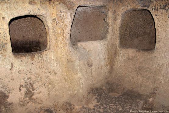 Окна с углублением в подземном городе Каймаклы, Турция