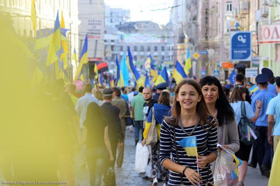Прохожие с флагами Украины