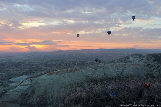 Воздушные шары поднимаются в небо вместе с восходом солнца