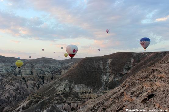 Воздушные шары парят над долиной Каппадокии