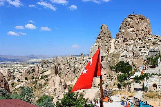 Крепость возвышается над долиной Каппадокии в Турции