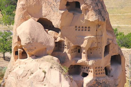 Окна и лабиринты в скалах у крепости