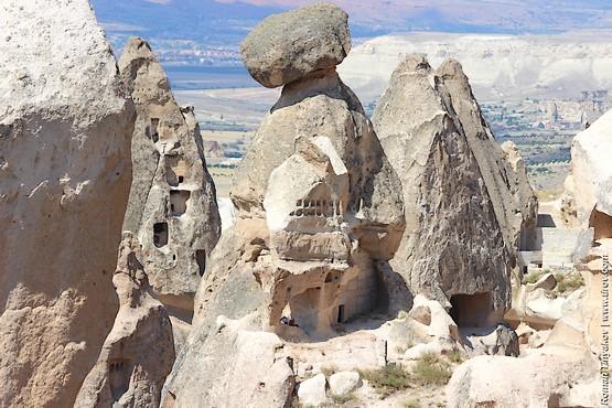 Пещеры в скалах необычной формы