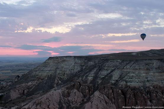 Воздушный шар парит в небе над долиной Каппадокии на рассвете