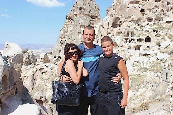 Семейная фотография на фоне крепости Учисар