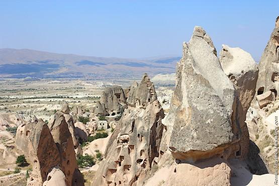 Скалы у подножия крепости