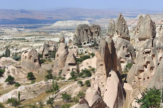 Скалы у подножия замка Учисар в Турции