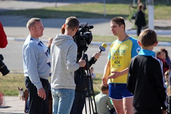 Телевидение берёт интервью у участника забега