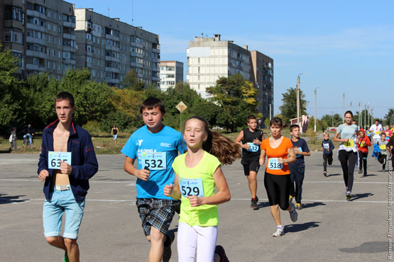 Участники легкоатлетического пробега на дистанции