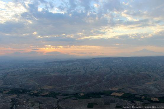 Рассвет в долине Каппадокии с видом на вулкан