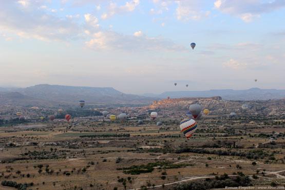 Воздушные шары идут на посадку в долине Каппадокии