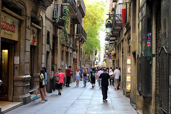 Чем дальше от Площади Каталонии, тем уже улочки
